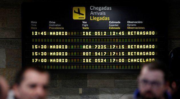 La nieve cuaja en Madrid y causa restricciones de tráfico, suspensión de clases y retrasos en