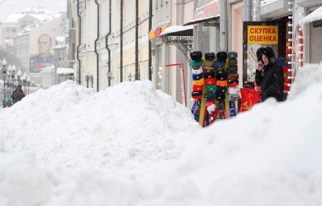 La nieve acumulada bloquea los accesos a los comercios en una calle de Moscú este