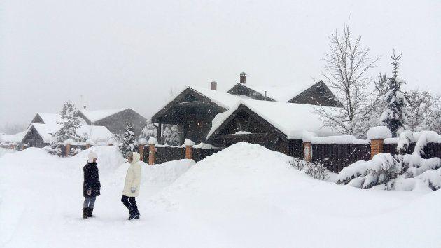 Dos mujeres hablan a las afueras de Moscú tras la intensa nevada del 4 de