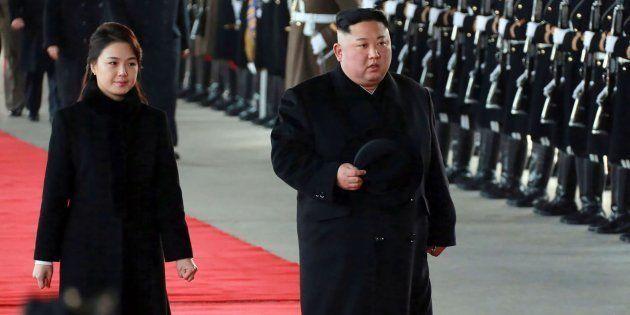 El líder norcoreano y su mujer llegan a