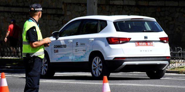 El vehículo Seat Arona, dotado con la tecnología 5G, circula por las calles de