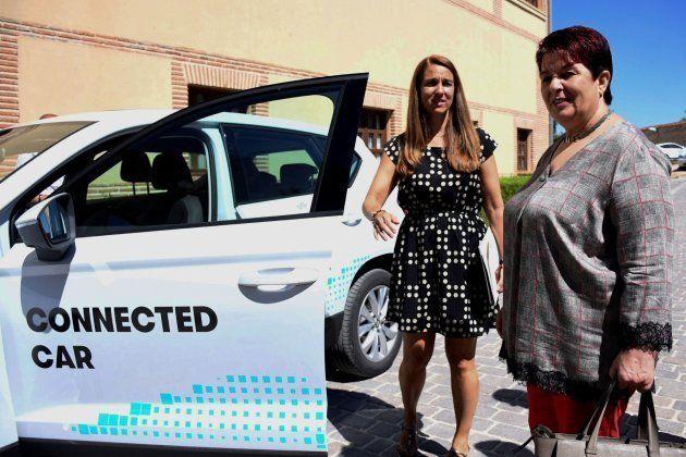 La alcaldesa de Segovia, Clara Luquero, prueba un vehículo