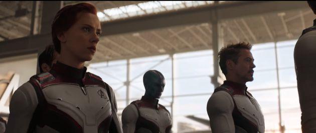 Tony Stark (Robert Downey Jr.) aparece ao fundo em cena dos Vingadores com novo