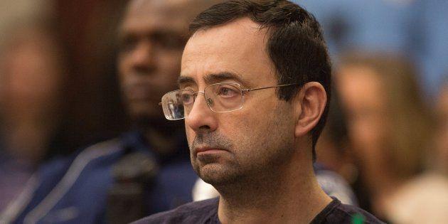 Larry Nassar escucha a la juez durante su proceso judicial por abusos sexuales en Lansing, Michigan (EEUU),...