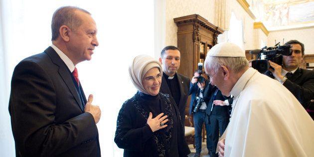 El papa Francisco saluda a la esposa del presidente turco Recep Tayyip Erdogan, Emine, al final de su...