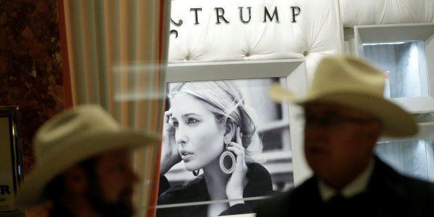 Unos transeúntes pasan ante la tienda de Ivanka Trump en la torre de su padre en Nueva