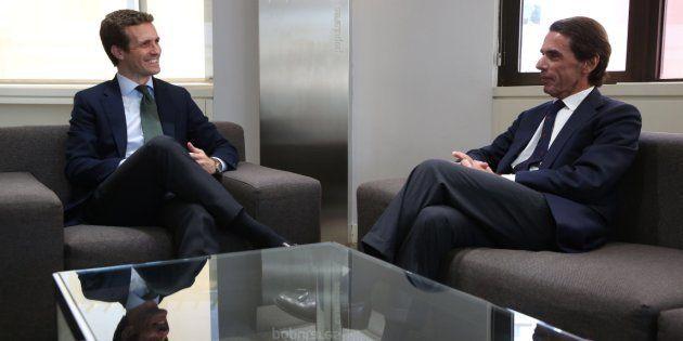 Casado comparte una foto de su reunión con Aznar y pasa lo que te estás
