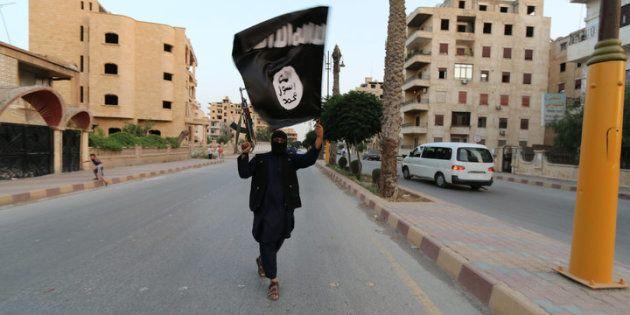 Un miembro del grupo terrorista Estado Islámico en Raqqa (Siria) en