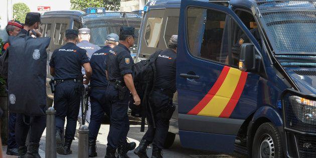 Agentes de la Policía Nacional desplegados en Cataluña por el 1-O, saliendo de su hotel en
