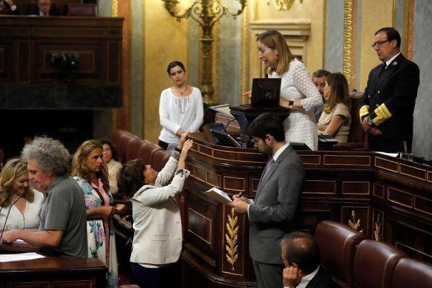 La diputada del Partido Popular Soraya Saénz de Santamaría se dirige a la presidenta del Congreso, Ana...