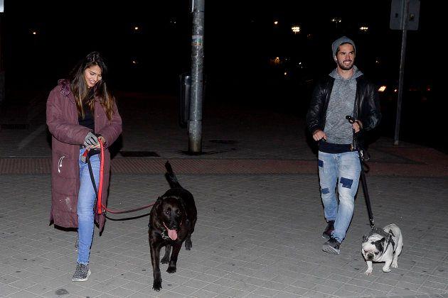 El futbolista Isco Alarcón y la actriz Sara Sálamo pasean a sus perros por un parque de