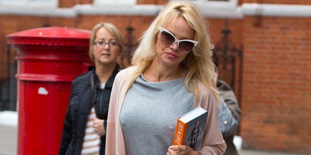 Pamela Anderson le lleva comida a Assange en octubre de