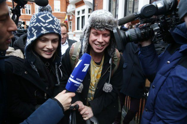 El hacker británico Lauri Love y su novia Sylvia Mann rodeados de periodistas tras su visita a Assange...