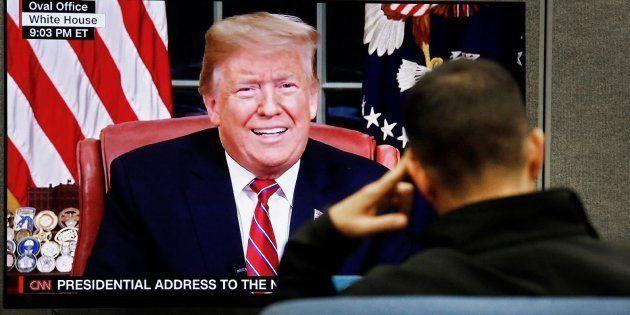 Un hombre ve el discurso del presidente de