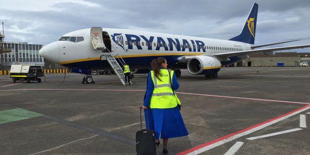 Una trabajadora de Ryanair accede a un B737 en el aeropuerto de Glasgow, en el Reino