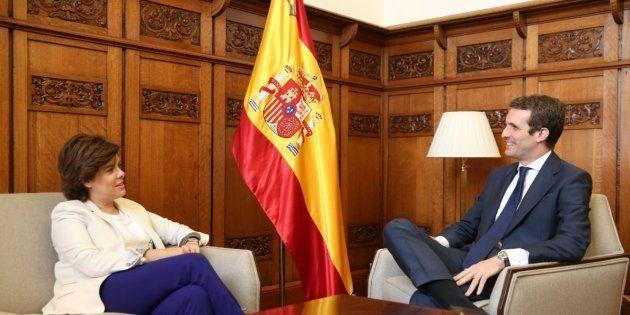 El polémico detalle en la foto de Pablo Casado con Soraya Sáenz de Santamaría que muchos