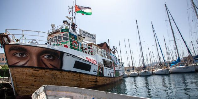 El 'Al Awda', uno de los barcos de la expedición, atracado en el puerto de Palermo, antes de su