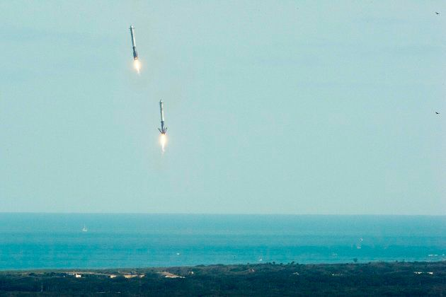 Los dos cohetes laterales regresan a Tierra tras ayudar en el lanzamiento del SpaceX Falcon