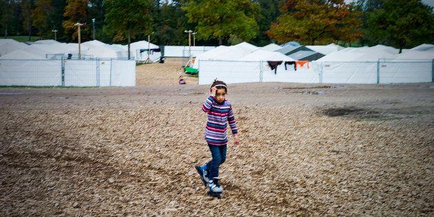 Una niña siria camina por el campo de refugiados de Celle, en Alemania, en una imagen de octubre de