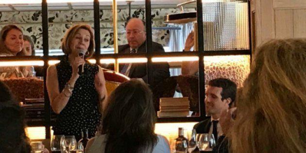La comida sorpresa a Cospedal: emoción, regalos, 150 invitados y sin