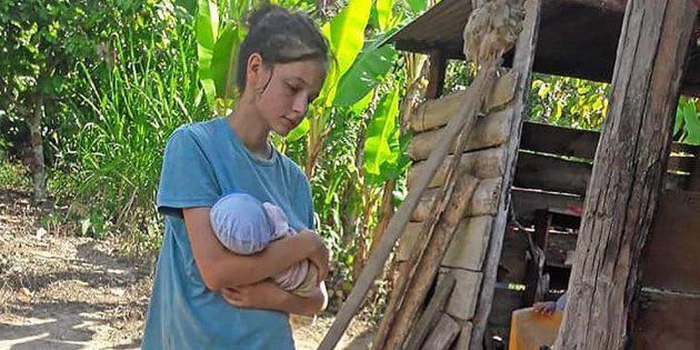 Patricia Aguilar porta a su bebé en Chanchamayo, la localidad donde fue