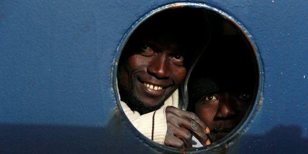 Uno de los refugiados a bordo del barco de la ONG en