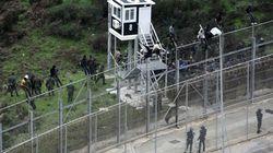 Unos 800 inmigrantes entran en Ceuta tras un salto masivo a la