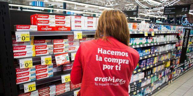 Un empleada de Eroski en un supemercado del grupo en Albacete en