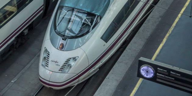Un tren AVE de Renfe en la estación de