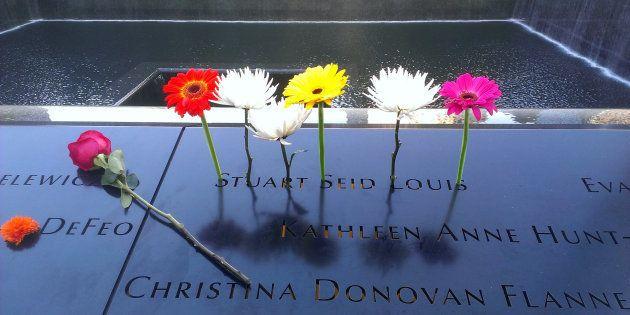 Flores en recuerdo de las víctimas del 11-s, en el memorial de Nueva