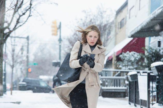 Por qué llevar abrigo en un sitio cerrado le hará sentir más frío al salir a la