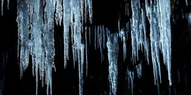 Carámbanos de hielo penden de una roca en la zona del valle de Roncal, en