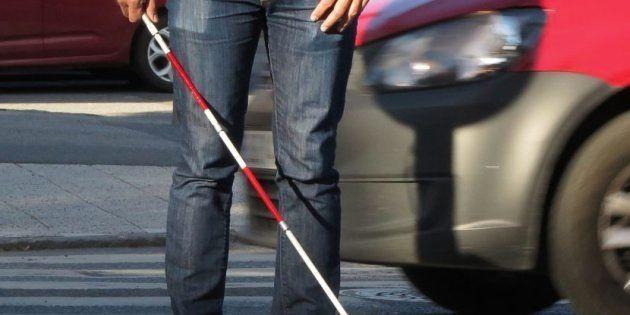 Si ves a alguien con un bastón blanco y rojo, hay algo importante que debes