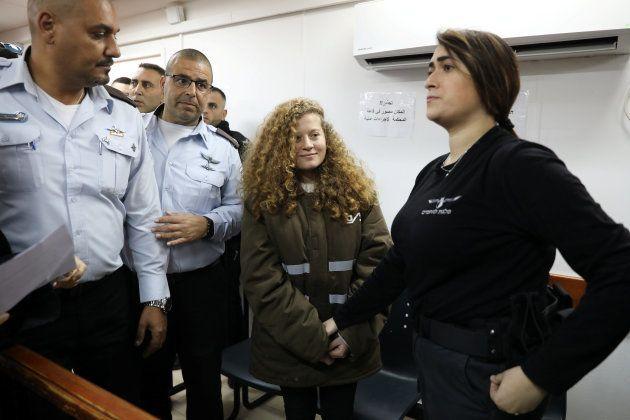 Ahed Tamimi, rodeada de agentes israelíes, en una de sus audiencias ante el