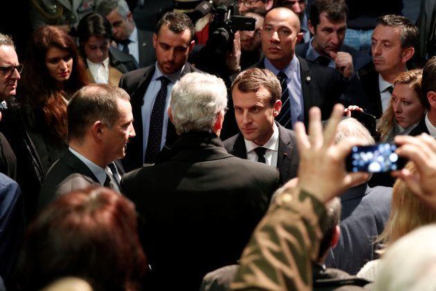 Emmanuel Macron habla con el autonomista Gilles Simeoni, actual jefe del Ejecutivo