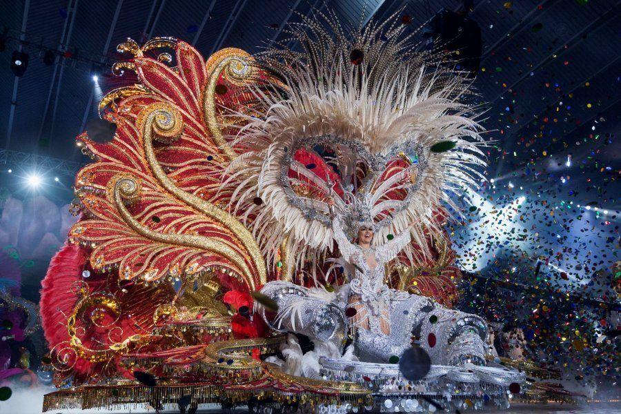 Carmen Laura Lourido alza el cetro tras proclamarse Reina del Carnaval de Santa Cruz de Tenerife