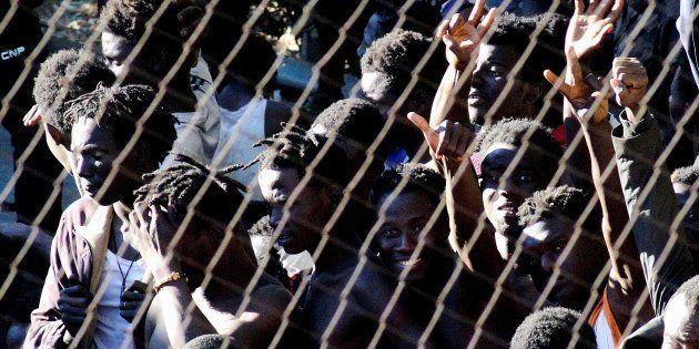 Parte de los 400 inmigrantes subsaharianos que han logrado saltar la valla de Ceuta este