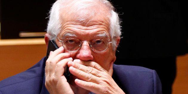 Josep Borrell habla por teléfono antes de la reunión de ministros de Exteriores de la UE del pasado 16...