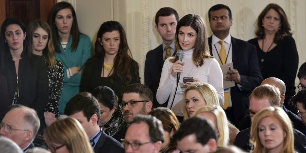 Kaitlan Collins, haciendo preguntas en la Casa Blanca en febrero de 2017, cuando aún trabajaba en 'The...