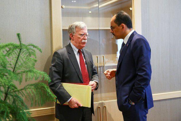 El asesor de Seguridad Nacional estadounidense, John Bolton, conversa con el portavoz de la presidencia...