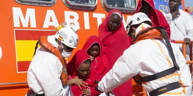 Un grupo de mujeres y niñas, rescatadas por Salvamento Marítimo y llevadas al Puerto de Motril, el pasado