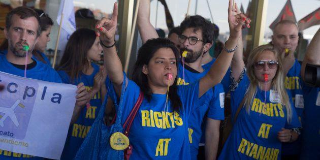 Trabajadores españoles de la aerolínea de bajo coste Ryanair protestan durante la