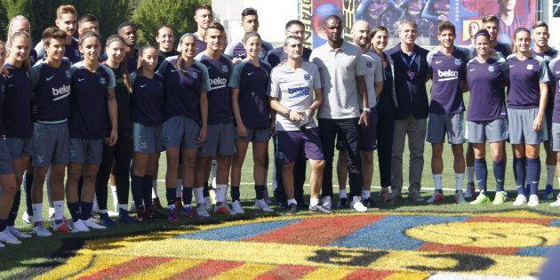 Integrantes de los equipos masculino y femenino del F.C. Barcelona posan durante un entrenamiento conjunto,...