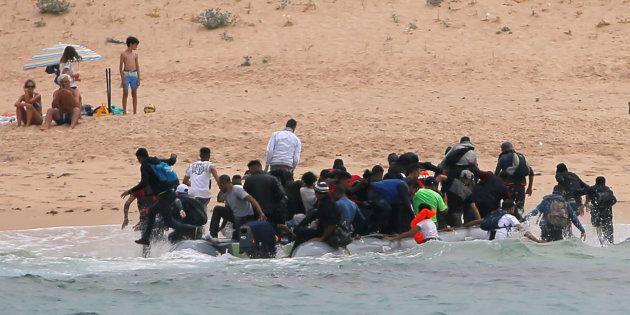 Un grupo de migrantes desembarca en la playa del Cañuelo, en Tarifa, tras cruzar el Estrecho de Gibraltar,...