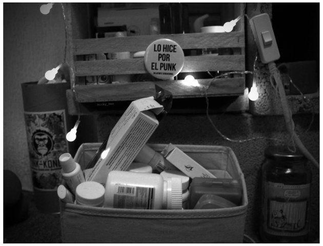 Su cuarto está sumergido en una penumbra en la que se mueve con naturalidad entre los botecitos de antinflamatorios....