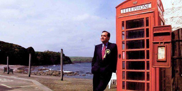 Alex Salmond junto a la cabina de teléfonos de Pennan, el pueblo escocés donde se rodó 'Un tipo genial'...