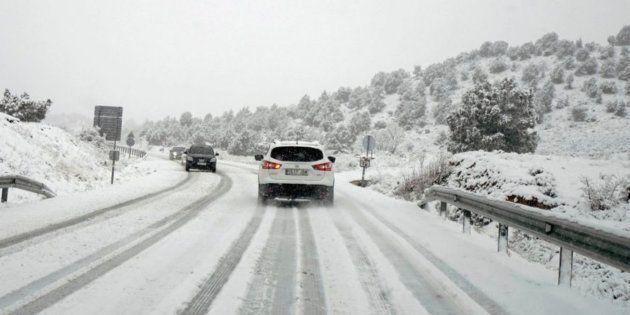 Imagen de archivo de una carretera con nieve en