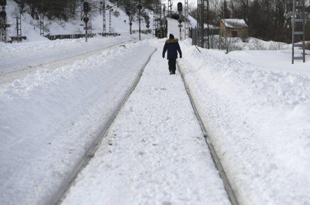 Un hombre camina entre las vías del tren en Busdongo (León) este