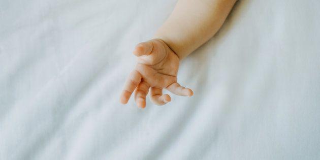 Hospitalizado un bebé de 2 meses por una paliza y detenido el padre acusado de