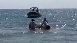 Rescatan una manta raya gigante que quedó atrapada en una playa de